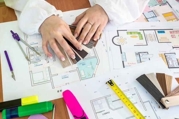 Planos e plantas da casa, diferentes ferramentas no escritório