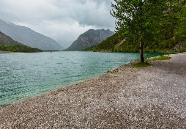 Plansee alpes montanha lago verão visão de dia nublado, tirol, áustria.