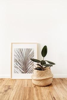 Planta casa ficus elastica robusta em vaso de vime na frente do porta-retratos