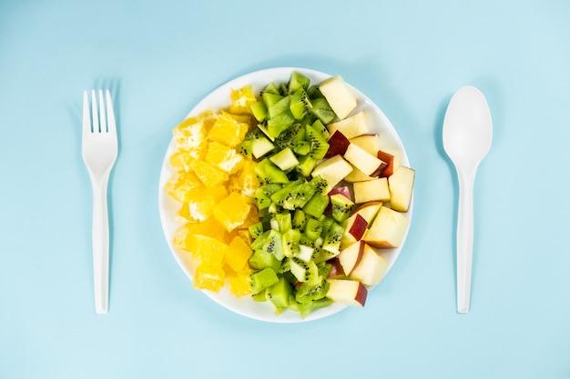 Planta com base no conceito de dieta alimentar. vista superior de frutas frescas em um prato