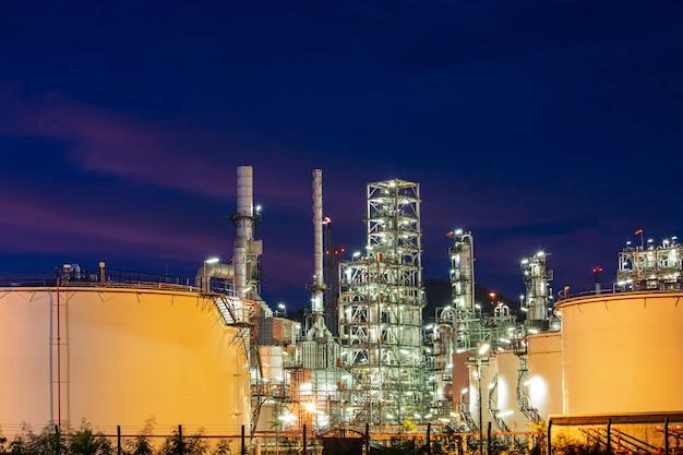 Planta da refinaria de petróleo e coluna da torre da indústria petroquímica em tanque industrial de óleo e gás com céu azul nuvem o fundo do nascer do sol