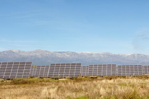 Planta de energia com painéis solares