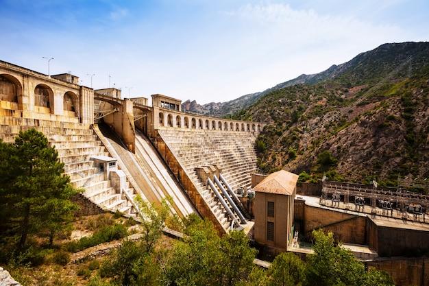 Planta de energia da água no rio segre