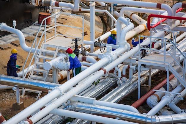 Planta de processamento de óleo e gás com válvulas de tubulação