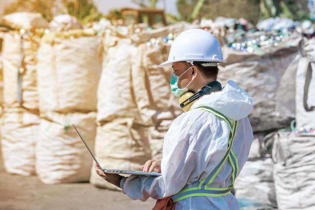 Planta de processamento de resíduos. processamento tecnológico de garrafas plásticas na fábrica para beneficiamento e reciclagem. a fábrica de reciclagem de trabalhadores, engenheiros, está fora de foco ou turva.