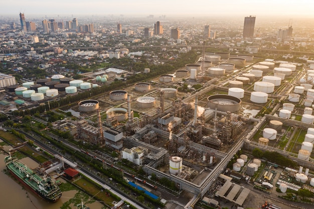 Planta de refinaria de petróleo da zona da indústria, vista aérea de petróleo e gás industrial