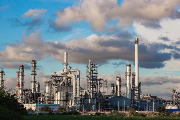 Planta de refinaria de petróleo e coluna de torre da indústria petroquímica em tanque industrial de óleo e gás com céu azul de nuvens no fundo