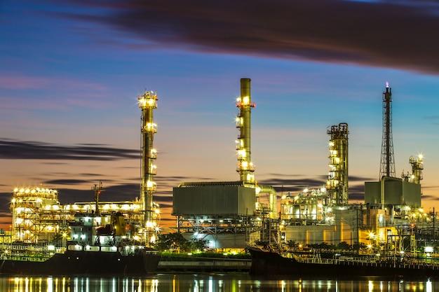 Planta de refinaria de petróleo no crepúsculo.