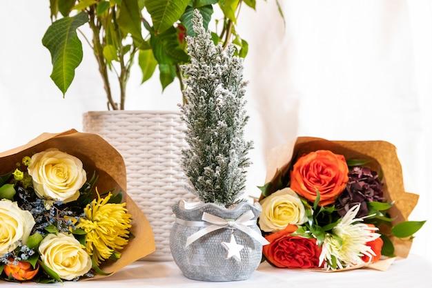 Planta e lindo buquê de flores com espaço em branco