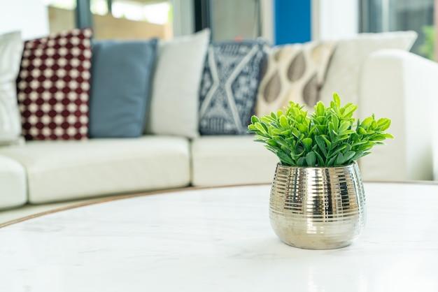 Planta na decoração do vaso na mesa da sala de estar