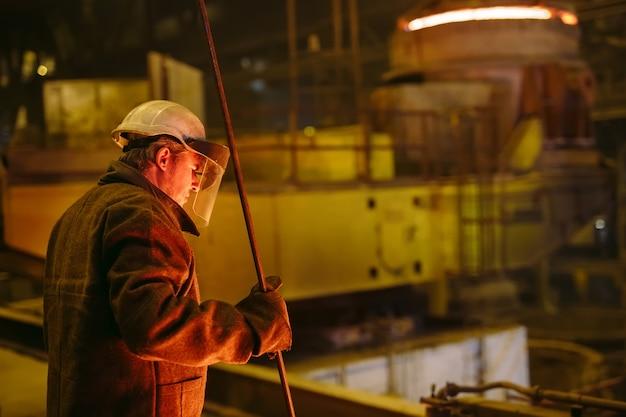 Planta para a produção de aço, forno de fusão elétrico, retrato de trabalhador.