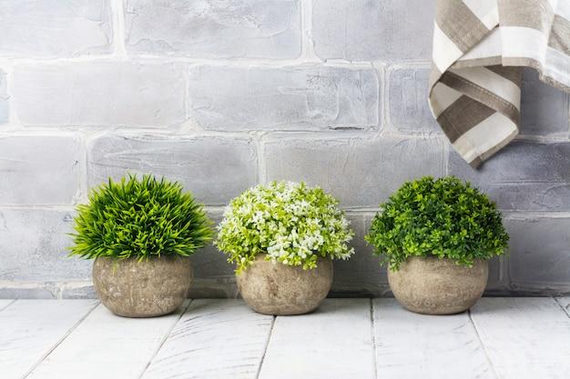 Plantas artificiais em vasos de pedra