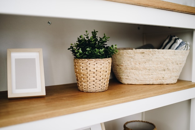 Plantas artificiais verdes em vasos modernas usadas na decoração de interiores