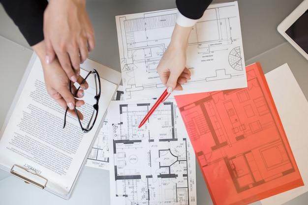 Plantas de casas em agência imobiliária