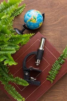 Plantas, microscópio e livro de vista superior