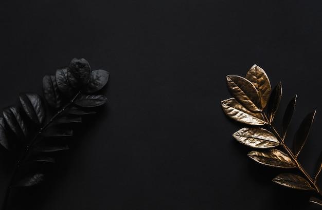 Plantas negras e plantas douradas na mesa preta.