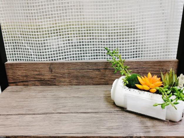 Plantas suculentas aritificiais em vaso de plástico