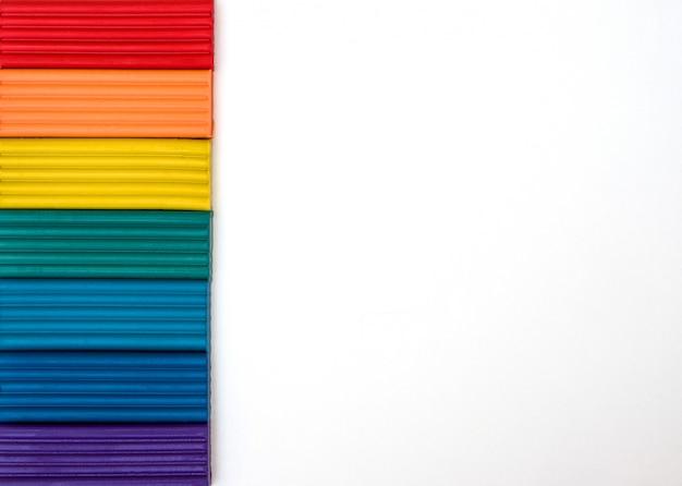 Plasticine colorido no fundo branco isolado.