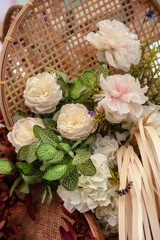 Plástico branco de flores artificiais de conjunto buquê
