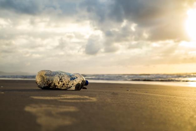 Plástico de areia de praia de poluição
