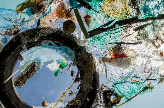 Plástico e detritos flutuam na água