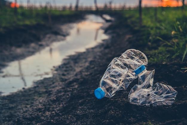 Plástico e lixo no parque natural. conscientização ambiental e plástica. conceito do dia mundial do meio ambiente. salve a terra, salve a vida.
