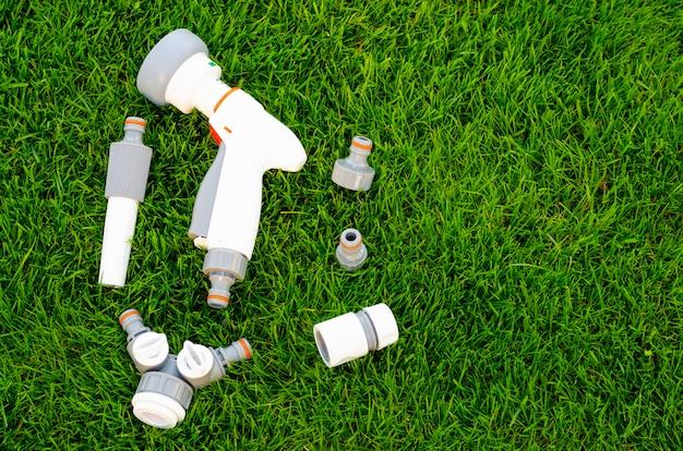 Plástico e mangueira para regar automaticamente o jardim