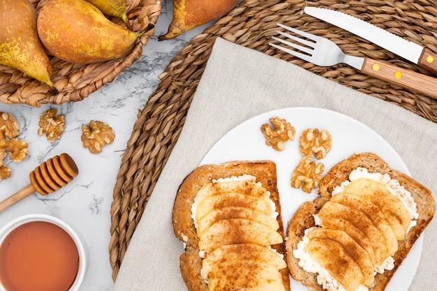 Plat com torradas e cesta de peras
