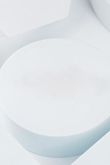 Plataforma branca com formas geométricas em fundo branco