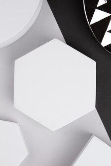 Plataforma branca com formas geométricas em fundo cinza