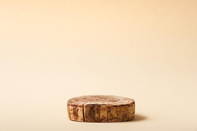 Plataforma circular de madeira em fundo bege
