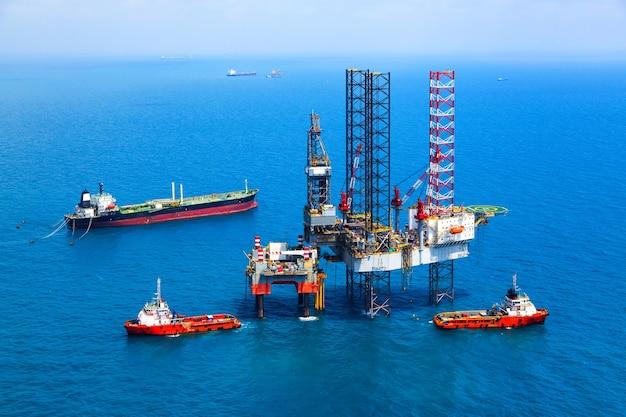 Plataforma da plataforma petrolífera a pouca distância do mar no golfo da vista aérea.