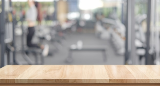 Plataforma de espaço de mesa de madeira vazia e fundo de ginásio de fitness
