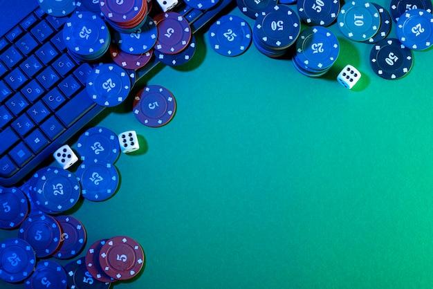 Plataforma de jogos online, casino e negócios de jogos de azar. dados no teclado do laptop sobre fundo verde.