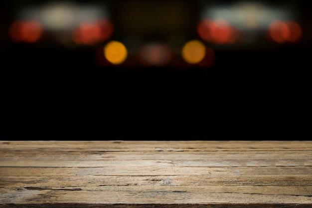 Plataforma de mesa de madeira vazia e bokeh à noite para o presente produto