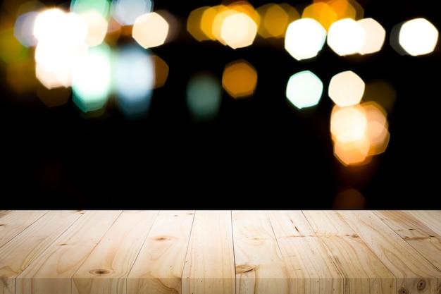Plataforma de mesa de madeira vazia e bokeh à noite