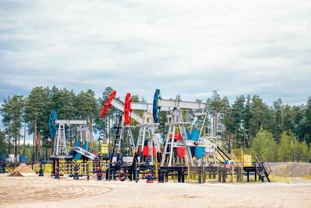 Plataforma de petróleo com cadeiras de bombeamento de petróleo.