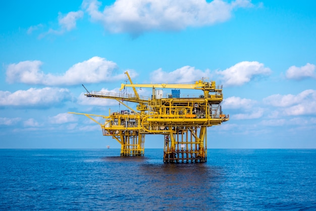 Plataforma de petróleo e gás no golfo ou no mar, a energia mundial, construção de petróleo e equipamento offshore