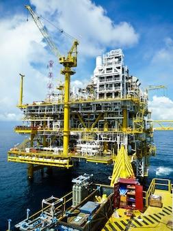 Plataforma de processamento de petróleo e gás que produz gás natural e condensado.