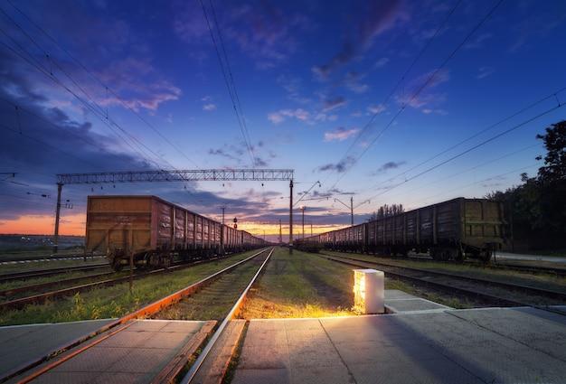 Plataforma de trem de carga à noite. ferrovia na ucrânia. estação ferroviária