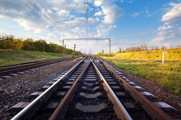 Plataforma de trem de carga ao pôr do sol. ferrovia na ucrânia. estrada de ferro