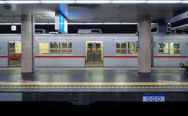 Plataforma de trem velha e suja ou estação de metrô subterrânea na cidade de osaka no japão.