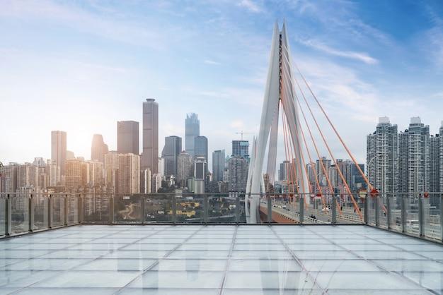 Plataforma de visualização de piso de vidro vazio e paisagem urbana moderna em chongqing, china