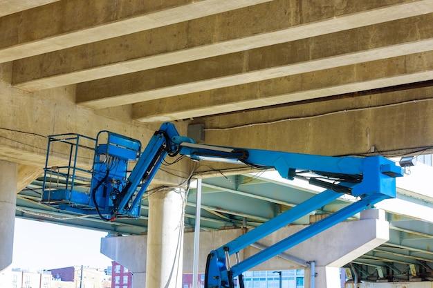 Plataforma elevatória hidráulica de trabalho industrial com caçamba de veículo de construção, indústria pesada