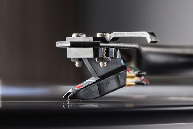 Plataforma giratória de dj para discos de vinil, cartucho no braço e espaço para texto.