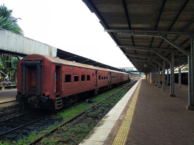 Plataforma vazia de uma estação ferroviária no sri lanka