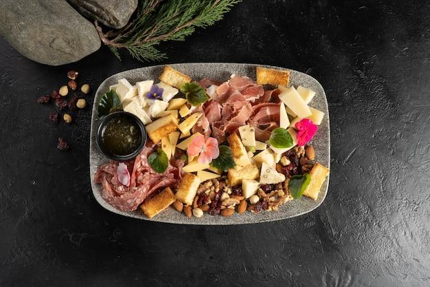 Platão ao vinho com queijo, linguiça, presunto, bacon, mel e nozes para uma grande empresa