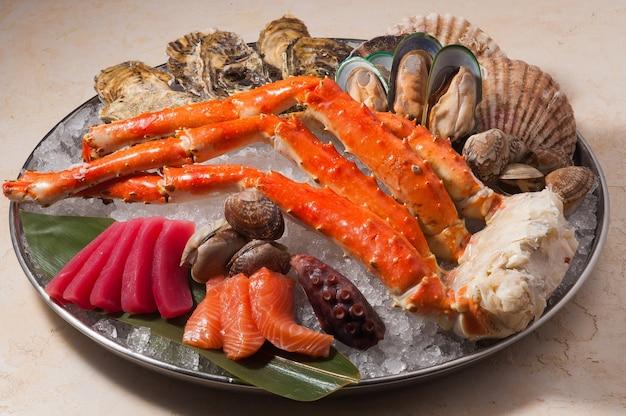 Platô fresco de frutos do mar em mexilhões de atum polvo caranguejo de atum de gelo
