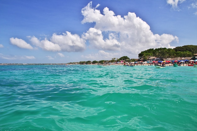 Playa blanca do mar do caribe perto de cartagena, colômbia