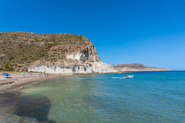 Playa de enmedio em cabo de gata em um lindo dia de verão, almeria